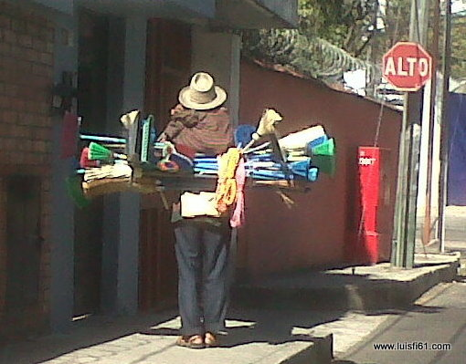 vendedor-de-escobas-luis-figueroa