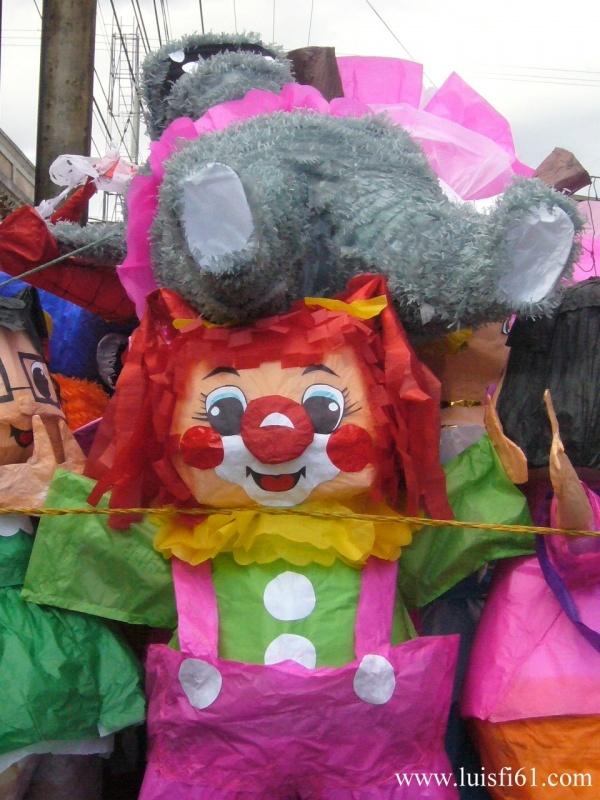 090110_piñatas