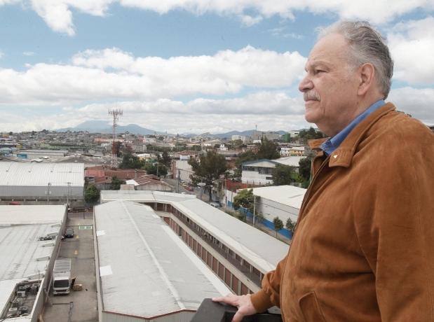 Edgar Heinemann gerente del año 2016, observa la ciudad capital desde el edificio en donde funciona su empresa, días después de recibir el galardón empresarial. f1 Foto Estuardo Paredes 17/11/16